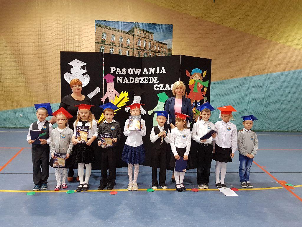 Ilustracja do informacji: Pasowanie na ucznia w Szkole Podstawowej w Kowalowie.