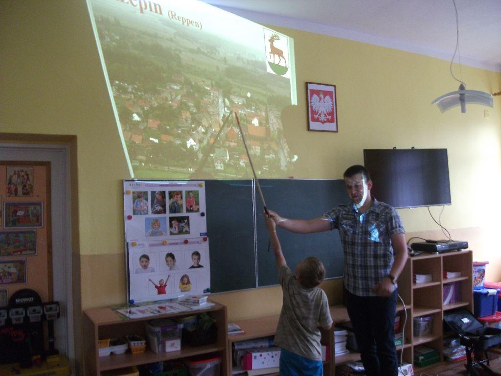 Ilustracja do informacji: Pan Damian Utracki z wizytą w Przedszkolu Samorządowym nr 2 w Rzepinie