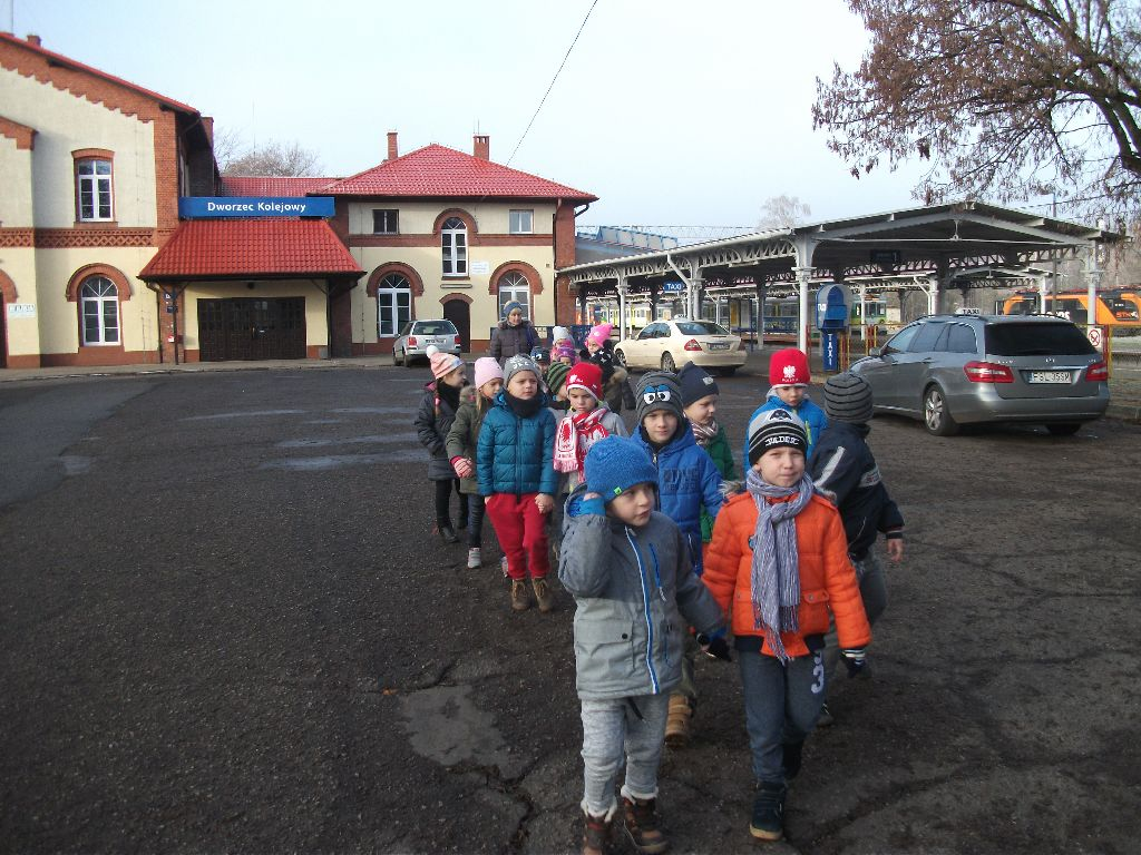 Ilustracja do informacji: Fotorelacja z wycieczki dzieci z Przedszkola Samorządowego nr 2 na Dworzec PKP w Rzepinie.