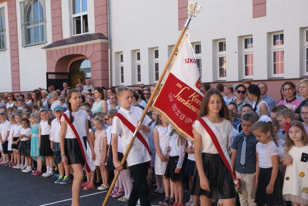 Ilustracja do informacji: Fotorelacja z zakończenia roku szkolnego w Szkole Podstawowej nr 1 w Rzepinie.