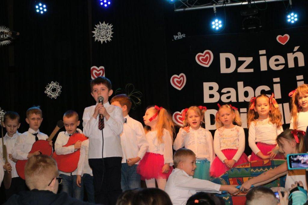 Ilustracja do informacji: Przedszkole Samorządowe nr 2 w Rzepinie świętowało Dzień Babci i Dziadka