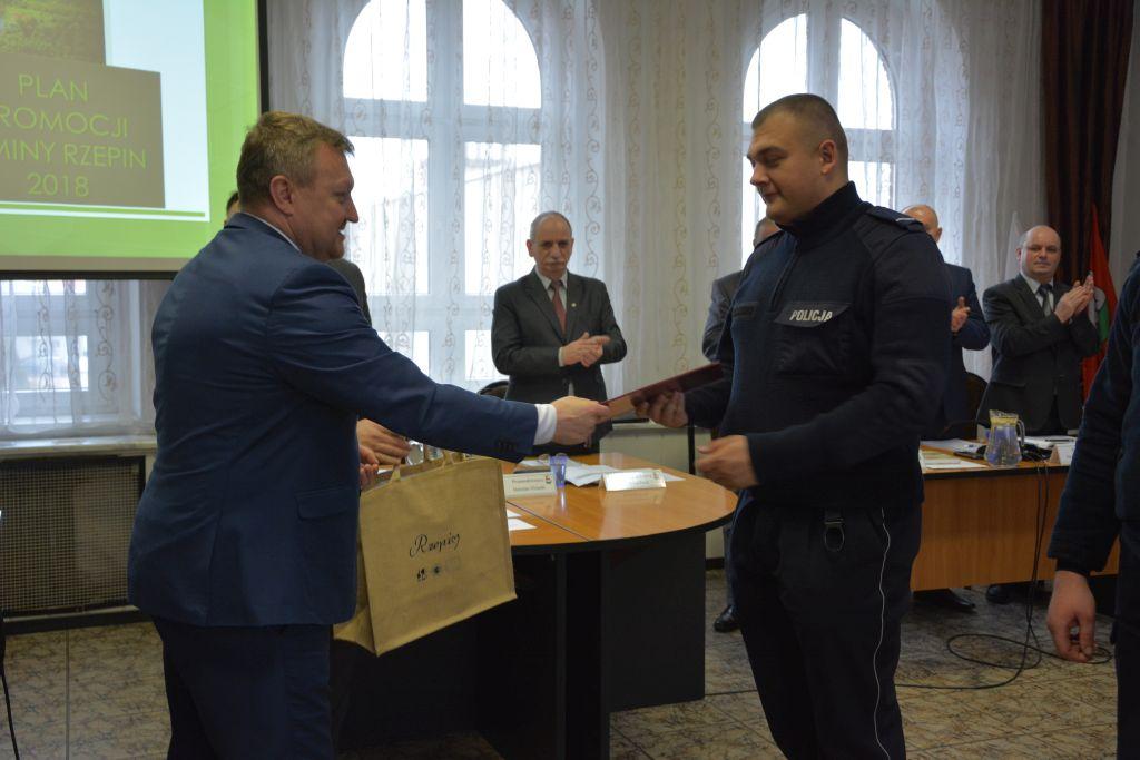Ilustracja do informacji: Burmistrz Rzepina podziękował policjantom za bohaterską postawę