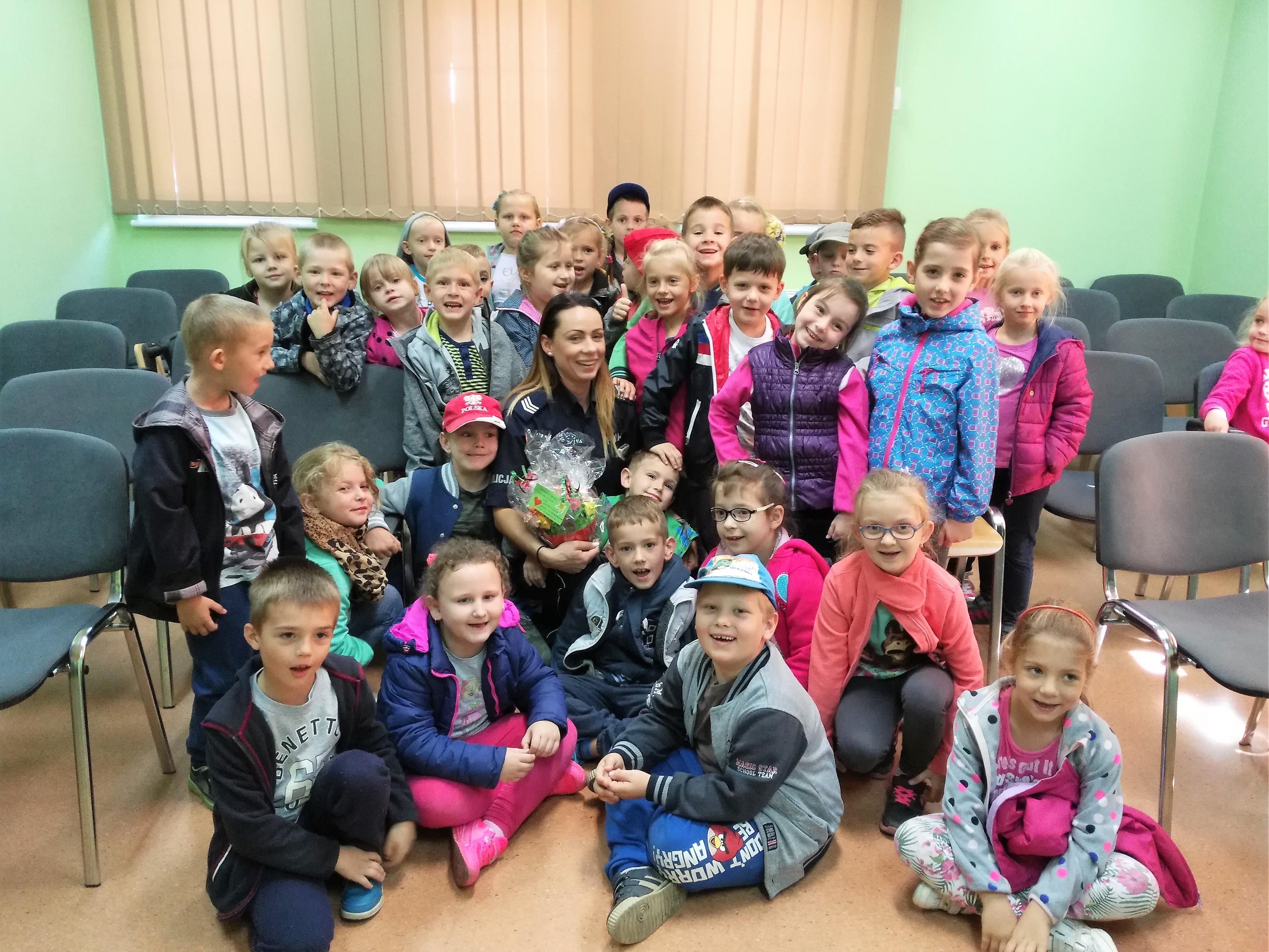 Ilustracja do informacji: Dzieci z Przedszkola Samorządowego nr 2 odwiedziły Komisariat Policji w Rzepinie.